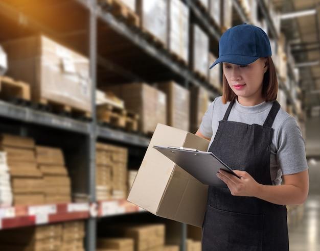 Equipe feminina entrega de produtos assine a assinatura no formulário de recebimento de produtos com caixas de encomendas Foto Premium