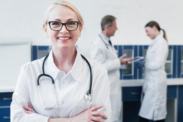 Equipe médica, em, um, consultório médico Foto gratuita