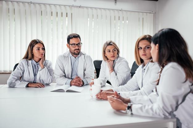 Equipe médica falando. Foto Premium
