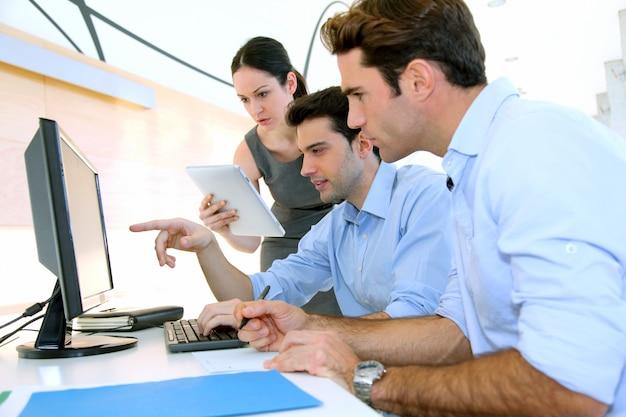 Equipe na reunião de trabalho Foto Premium