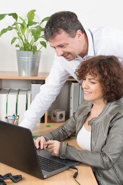 Equipe profissional homem e mulher trabalham juntos no laptop Foto Premium