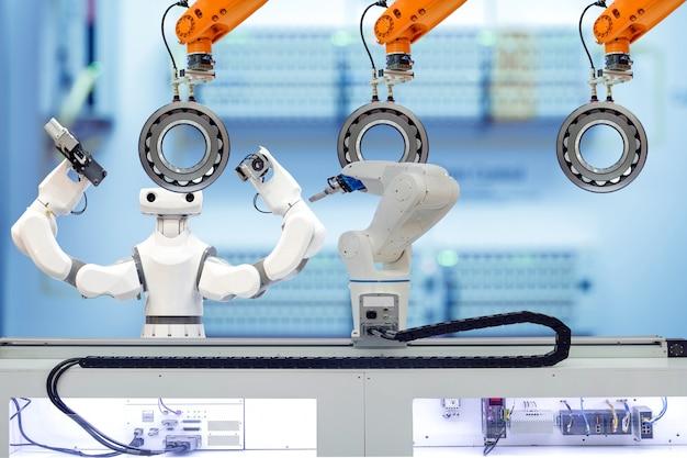 Equipe robótica industrial trabalhando com rolamento autocompensador de rolos através do robô de peça de trabalho em fábrica inteligente Foto Premium