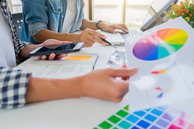 Equipe start-up criativa do desenhista de anúncio asiático que discute ideias no escritório. Foto Premium