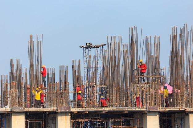 Equipes de construção trabalhando no conceito de segurança e indústria pesada de terreno elevado Foto Premium