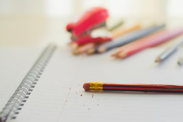 Eraser em lápis e notepad Foto gratuita