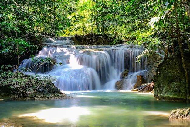 Erawan waterfall floor 1 in national park, tailândia Foto Premium