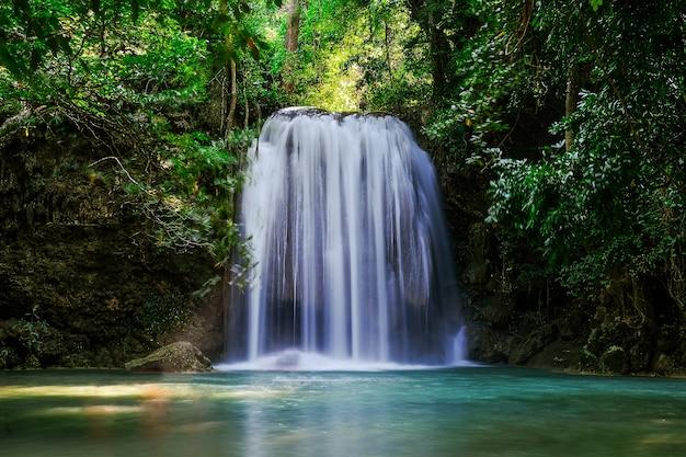 Erawan waterfall floor 3 no national park, tailândia Foto Premium