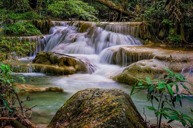 Erawan waterfall floor 5 no national park, tailândia Foto Premium