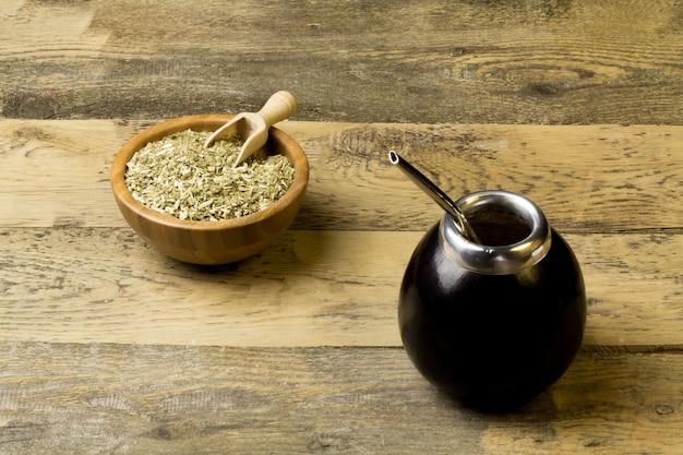 Erva-mate em mesa de madeira Foto Premium