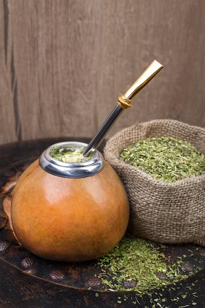 Erva-mate em uma cabaça tradicional cabaça Foto Premium
