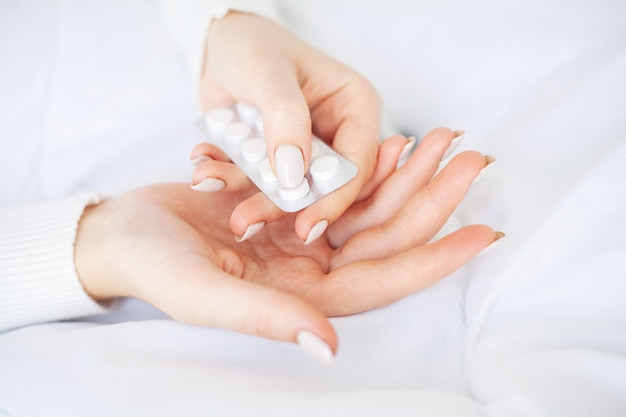 Erva medicinal. pílulas de ervas na mão, palma da mão, dedos com planta médica saudável. suplemento vitamínico para cuidados, medicamentos Foto Premium