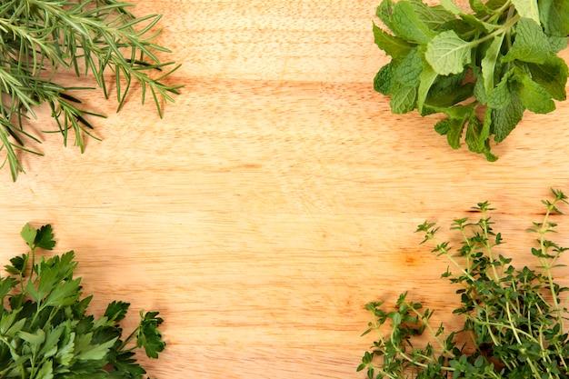 Ervas frescas na placa de corte Foto gratuita