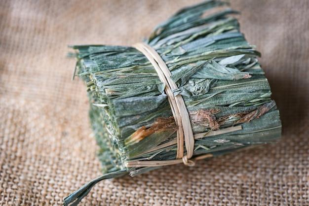 Ervas medicinais ervas secas da natureza folhas secas grama folha Foto Premium