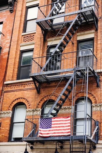 Escada de incêndio com bandeira dos eua Foto gratuita