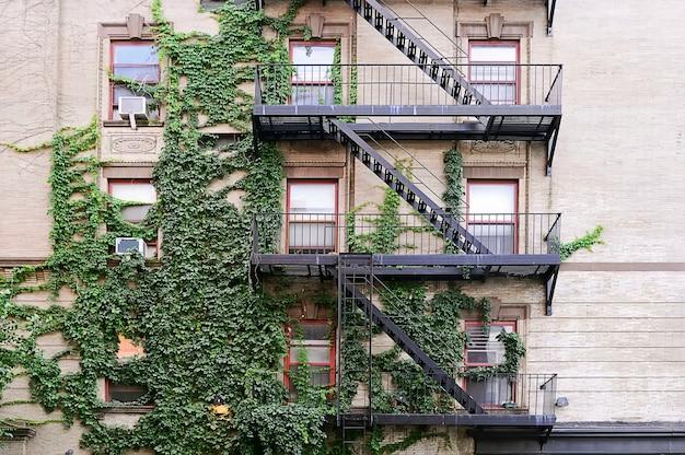 Escada de incêndio em metal preto no brooklyn Foto Premium