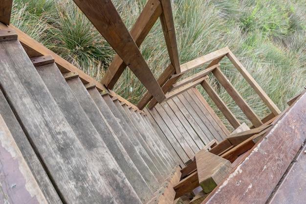 Escada de madeira em um ambiente rural Foto Premium