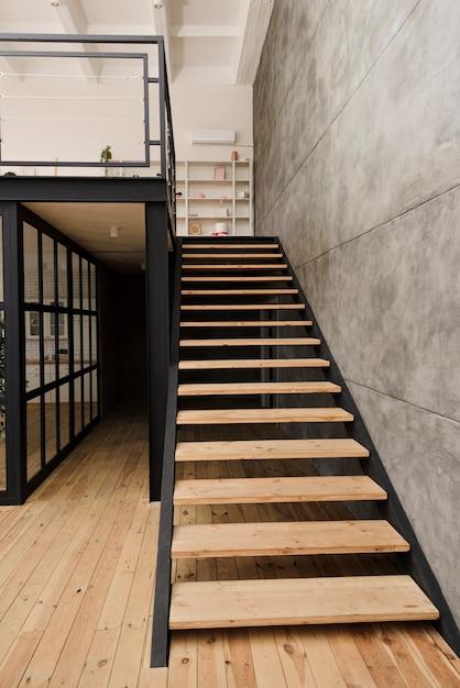 Escada de madeira industrial moderna Foto Premium