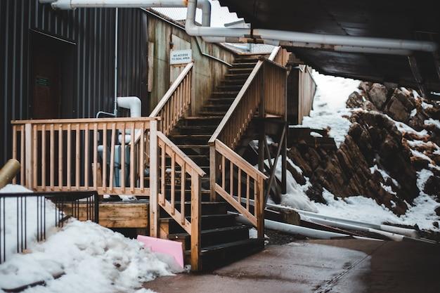 Escada de madeira marrom coberta de neve Foto gratuita