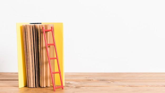 Escada de papel no antigo livro amarelo Foto gratuita
