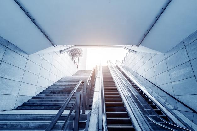 Escada e escada rolante da estação de metrô Foto Premium