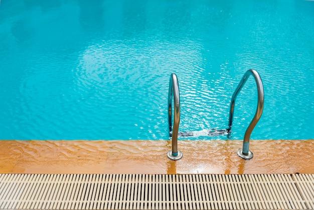 Escada e piscina, caminho para baixo na piscina relaxação, Foto Premium