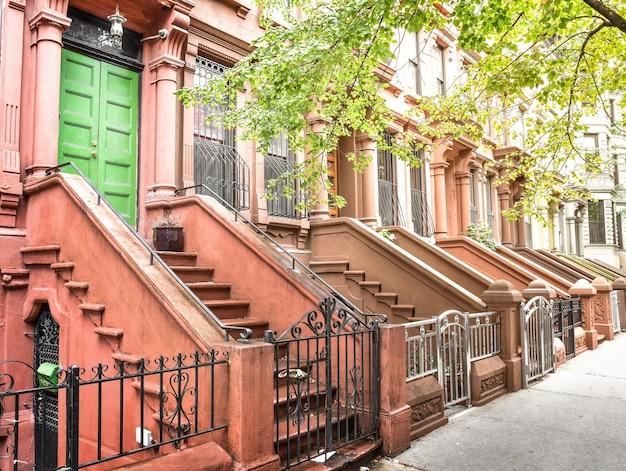 Escada principal e porta de entrada. edifícios do harlem de nova york. casas marrons. nyc, eua. Foto Premium