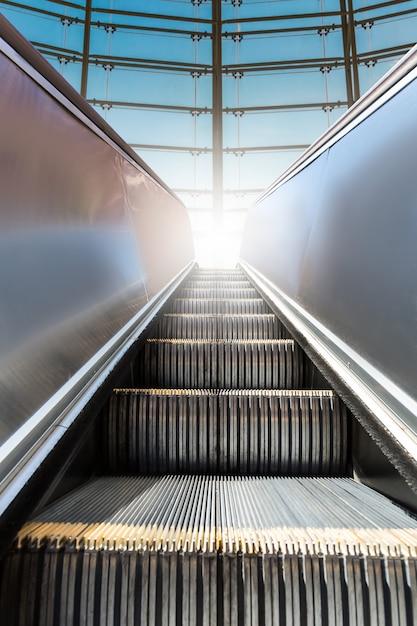 Escada rolante moderna com janela ao fundo. Foto Premium