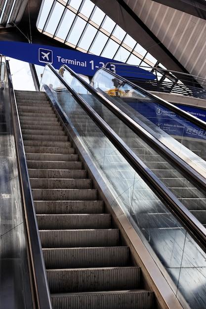 Escada rolante no aeroporto da frança com painel de terminal Foto Premium