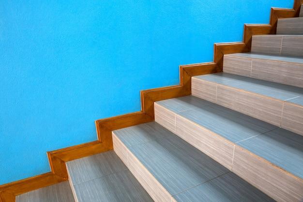 Escadaria bonita na casa com paredes azuis. Foto Premium