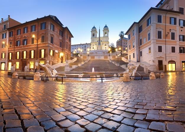 Escadaria de espanha e uma fonte na piazza di spagna, em roma, itália Foto Premium