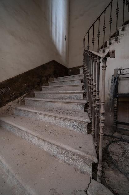 Escadas da mansão abandonada Foto Premium