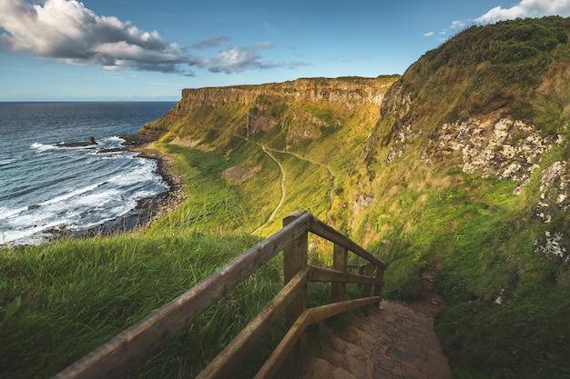 Escadas de pedra que conduzem à costa. irlanda do norte Foto Premium