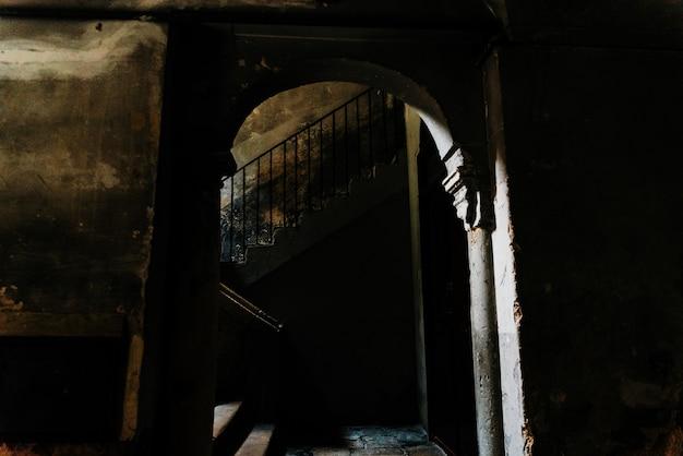 Escadas de pedra velhas no vestíbulo escuro de uma construção em desuso na parte velha de bari, itália. Foto Premium