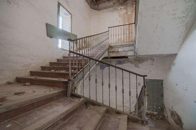Escadas de um prédio abandonado e arruinado Foto Premium