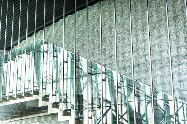 Escadas do prédio de escritórios Foto gratuita