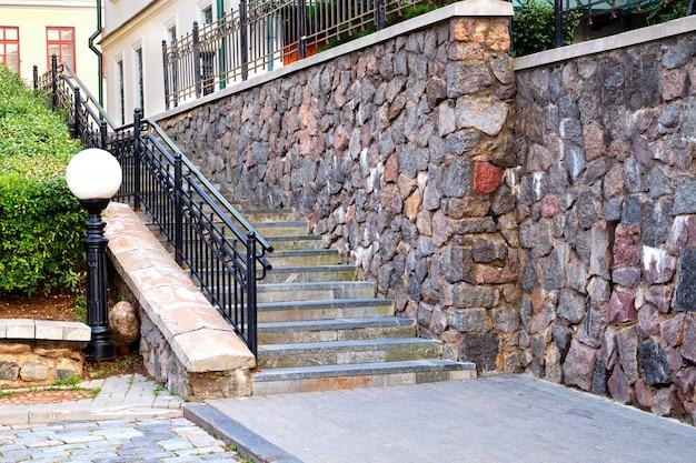 Escadas e parede de pedra de um edifício Foto Premium