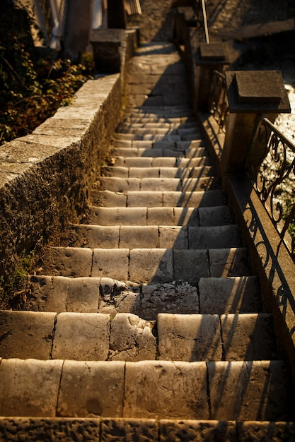 Escadas e parede de pedra seixo. escadas de pedra bonita e parede de pedra com degraus de cimento, arquitetura de materiais naturais c Foto Premium
