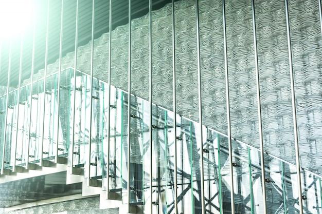 Escadas modernas com corrimão de vidro Foto gratuita