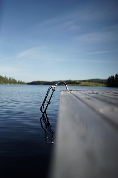 Escadas que levam para o lago no meio de um cenário montanhoso Foto gratuita