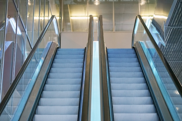 Escadas rolantes vazias. escada rolante moderna no shopping, escada rolante da loja de departamentos. escada rolante vazia dentro de um edifício de vidro. Foto Premium