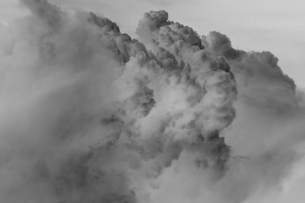 Escala de cinza de fundo de nuvens pesadas Foto gratuita
