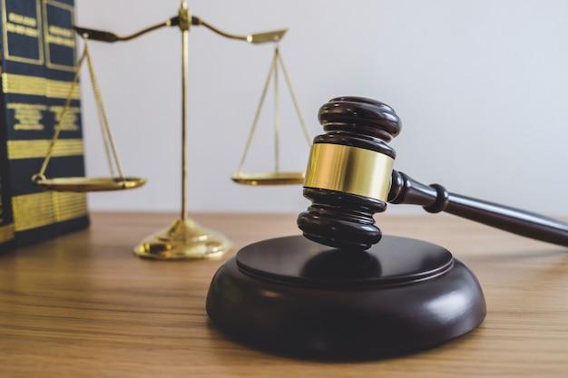 Escalas de justiça e martelo no bloco de som, objeto e lei livro para trabalhar com juiz acordo Foto Premium
