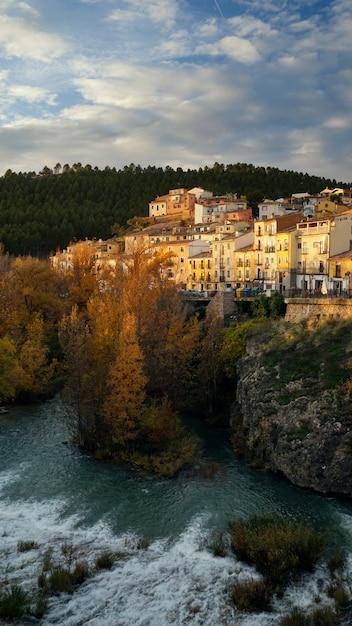 Escapo da cidade da cidade histórica de cuenca, ponte, rio, espanha Foto Premium