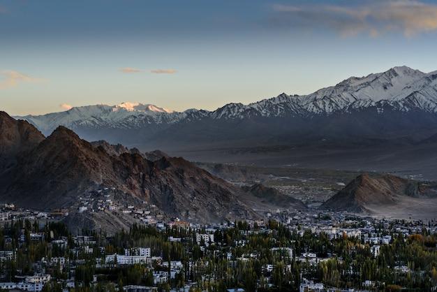 Escapo da cidade de leh ladakh com luz solar Foto Premium