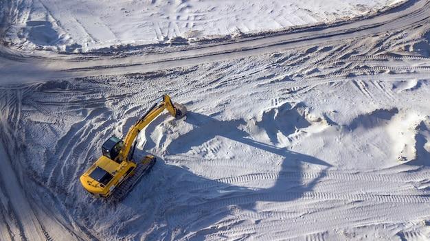 Escavadora em uma pedreira de areia Foto Premium