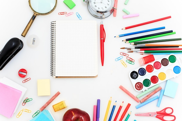 Escola conjunto com cadernos Foto gratuita