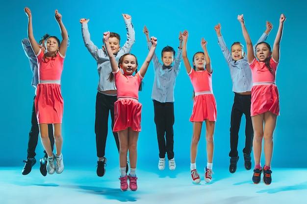 Escola de dança para crianças, balé, hiphop, rua, dançarinos modernos e descolados Foto gratuita