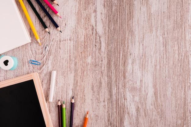 Escola definida para desenhar na mesa Foto gratuita