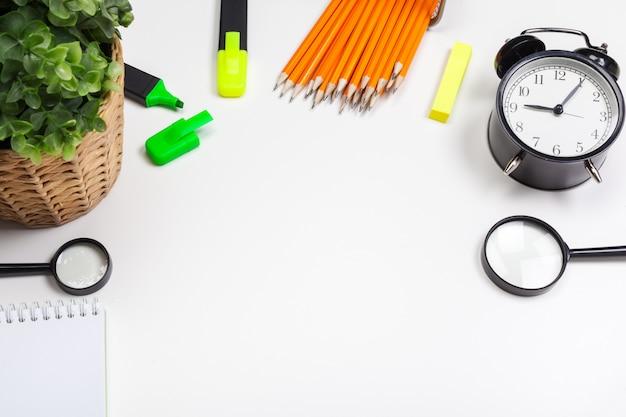 Escola e material de escritório em fundo branco Foto Premium