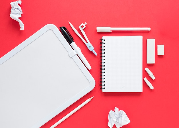 Escola e material de escritório em fundo vermelho Foto gratuita